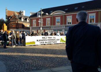 Venstres nyvalgte borgmesterkandidat Søren Smalbro talte i sin egenskab af formand for Teknik & Miljø onsdag til demonstranter foran Hjørring Rådhus.