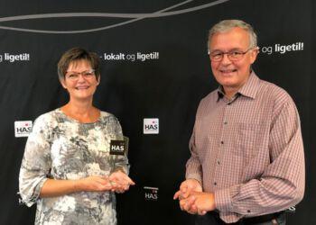 En meget overrasket prismodtager, Anni Melgaard fra Home-Start sammen med formand for HAS, Kurt Larsen.