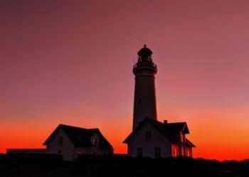 Solnedgangen farver himlen rød, men snart vil et par eventmakers sætte rød spot på Hirtshals Fyr. Foto: Dorit Derksen.
