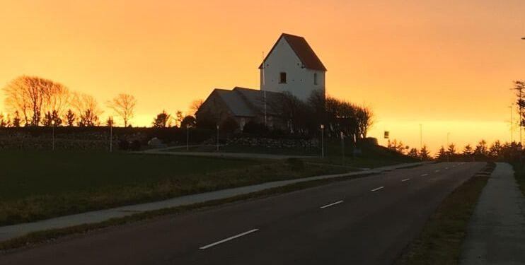 Horne Kirke i solnedgang september 2020. Foto: Liselotte Wiemer.