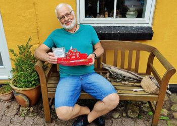 Jørn Krogh med den særlige flaskepost, han fandt på stranden i Skagen. Privatfoto.