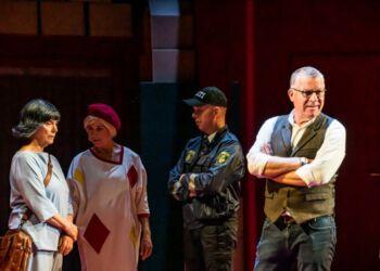 Teaterdirektør Lars Sennels til højre under prøverne til KIKSEKARTELLET på Vendsyssel Teater. Foto: Elling.