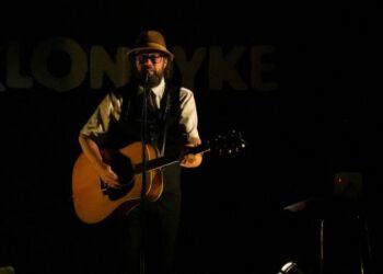 Mikael K går på scenen i Lønstrup Café Bio. Foto: Torben Elling.