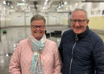 Annette Bo Pedersen fra butikken Ret & Vrang i selskab med handelschef Per Martensen fra Hirtshals Handel & Erhverv. Foto: Arkiv.