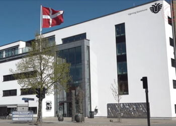 Borgmesteren flagede forleden ved Rådhuset for at fejre et døgn med nul smittede i Hjørring Kommune. Foto: Arkiv.