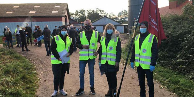 Repræsentanter fra 3F Midtvendsyssel, Aalborg og Skagerak deltog i morgenens aktion ved minkfarmene på Gjøl. Foto: 3F.