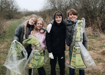 Det er sjovere at være sammen om en renere natur! 4.klasserne fra Utterslev Skole i København var med til åbningsdagen og fik samlet masser af affald i naturen. Foto: DN.
