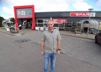 Købmand Dennis Bak sætter service i højsæde i butikken.