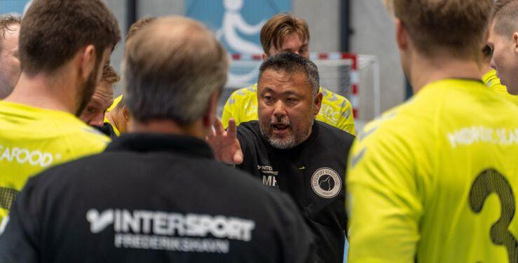 Cheftræner Morten Frandsen Holmen forsøger at sætte mod i sine spillere under en time out. Foto (arkiv): Kristian Hedegaard.