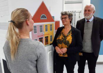 A. Neil Jacobsen (th.) og Karen Marie Schytter (midt) på besøg i malerafdelingen efter underskrivelse af samarbejdsaftale.