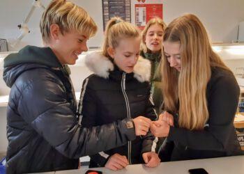 Eleverne fra 9. a på Højene Skole leverede blod til forsøg hos htx Hjørring.