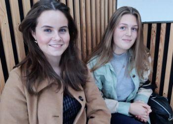 Frederikke Lunden (tv.) ogLaura Vinter fra 1. g,er beggeglade for at have valgt htx. Fordeling af drenge og piger tænker de slet ikke på.