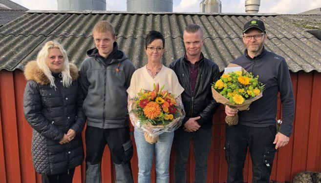 """Vinderparret Irene og Erik Rasmussen sammen med deres sønner og svigerdatter ved """"Håbet"""" i Uggerby."""