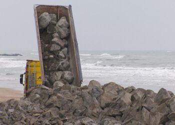 Ikke mindre end 11 tusind tons sten skal sikre 640 meter kyst ved Nørlev strand. Foto: Ivan Johan Hansen.