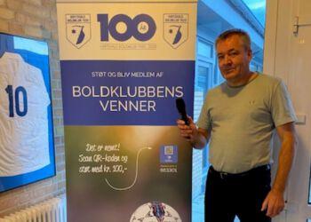 Speaker Mogens Christensen glæder sig over det optimerede lydanlæg på stadion hos Hirtshals Boldklub.