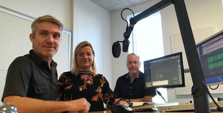 Helle Møller Riis fra Hirtshals Sparekasses Gavefond i selskab med Henrik Ledet og Niels Viberg på Skaga FM.