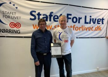 Ole Peter Christensen overrakte som formand for SparNord Fonden tidligere på året 10.000 kr. til Helmuth Zickert fra Stafet for Livet 2020.