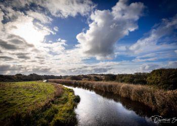 Skyer og strejf af blå himmel over Uggerby Å. Foto (arkiv): Erik Bilde.