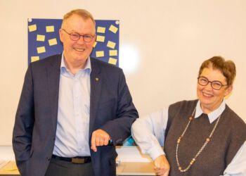 På coronamaner overdrager Grethe Bork efter 10 år hvervet til Erik Krage, der er valgt som formand for det nye menighedsråd, der tiltræder den 29. november 2020.