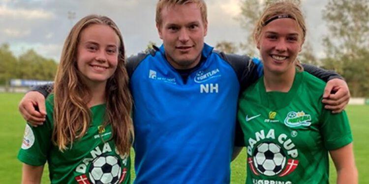 Fortunas cheftræner Niclas Hougaard Hansen mellem Sille Mølgaard Fejerskov og Lærke Hammer.