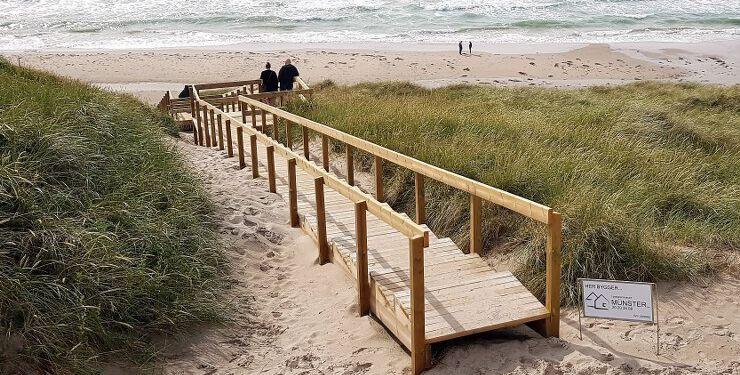 Tømrermester Anders Münster er manden bag den flotte trappe ned til stranden ved Fyrklit. Foto (arkiv): Svend Ravn.