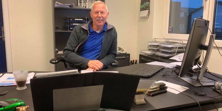 Tonni Sørensen bag skrivebordet hos OPMAX på Dalsagervej 18 i Hirtshals.