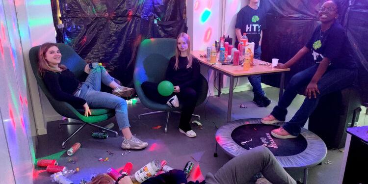 Htxperimenter – fest på htx – holdet tager lige en slapper inden næste klasse dukker op.