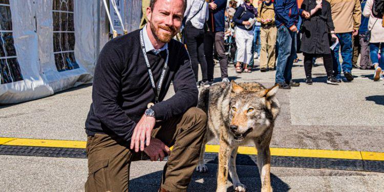 Jakob Ellemann-Jensen havde ved Naturmødet i 2019 lige tid til at hilse på et fænomen, som delte og deler vandene i Danmark. Foto (arkiv): Torben Elling.