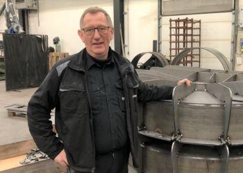 Direktør Leo Sørensen ved nogle af de pumpehuse, der indgår i LSM Pumpers leverance til USA.