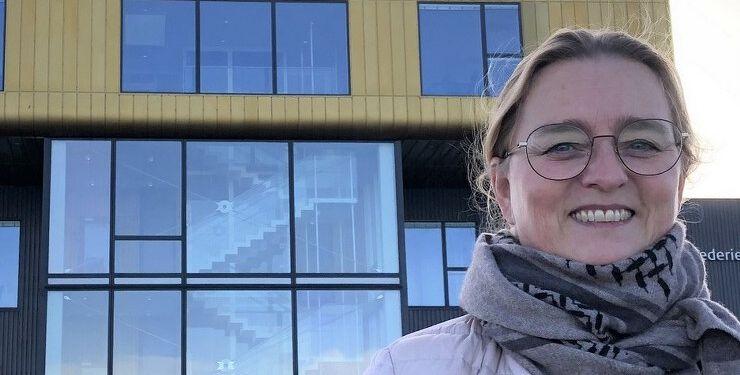 Lise Bjørn Jørgensen foran Rederiet Isafolds ikoniske domicil på Hirtshals Havn – i øvrigt tegnet af Lise Bjørn Jørgensens kollega i Erhverv Hjørrings bestyrelse, Dorte Hovaldt.