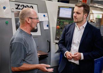 Til højre ses erhvervsminister Simon Kollerup (S) på virksomhedsbesøg i Nordjylland. Foto (arkiv): Andreas Beck.