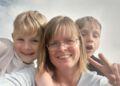 Pia Møller Kristensen og hendes to drenge håber at få julehjælp fra Blå Kors.